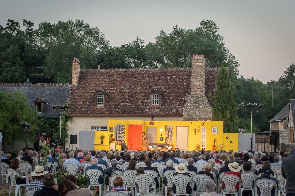 La Maison de L'amiral à Saint-Etienne-de-Chigny accueille dans son jardin une représentation du festival de théâtre